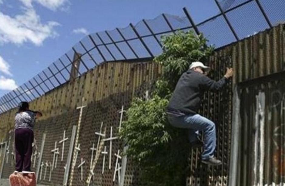 En los muros fronterizos también aparece. (Foto: Twitter/buzzfeed.com)