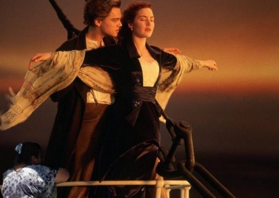 La mujer curiosa también fue montada en la película Titanic. (Foto: Twitter/buzzfeed.com)