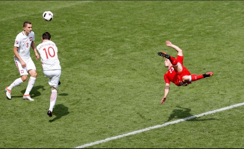Xherdan Shaqiri metió un golazo de chilena contra Polonia. (EFE)