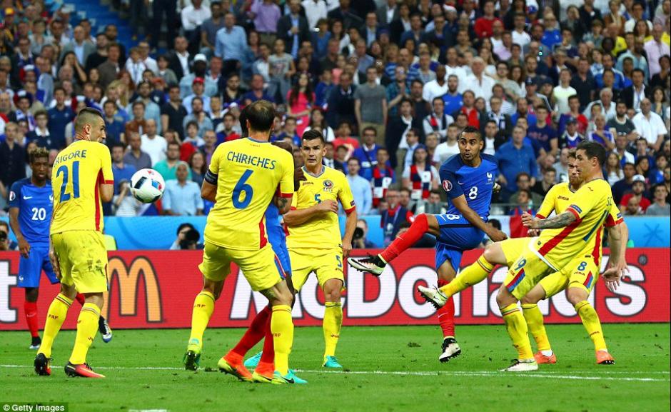 Dimitri Payet metió un tremendo golazo en el partido inaugural. (AFP)