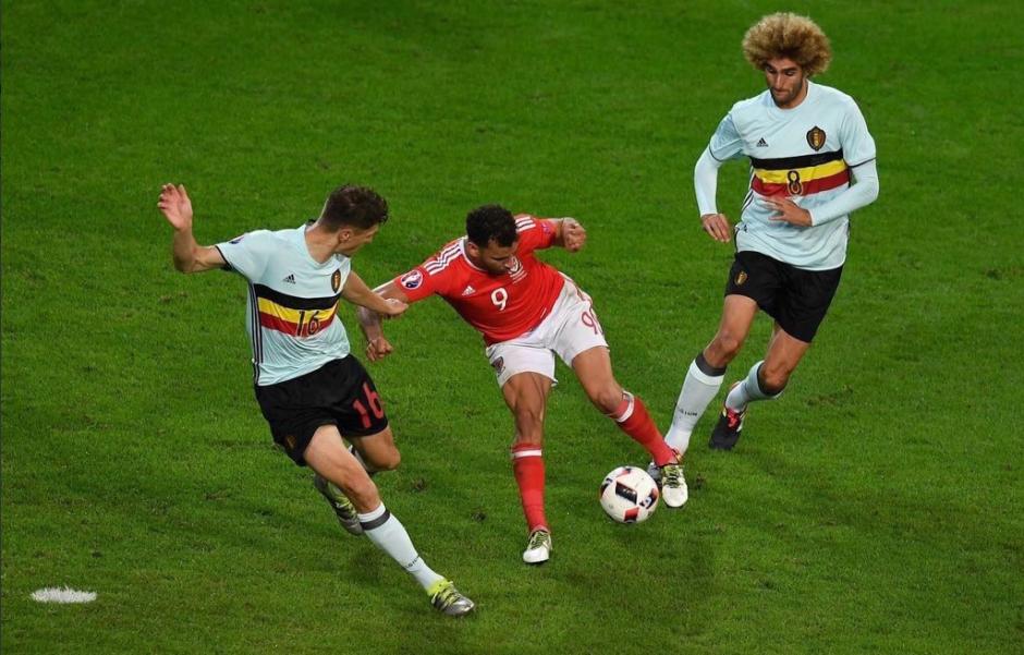 Hal Robson Kanu dejó en el suelo a la defensa belga. (EFE)