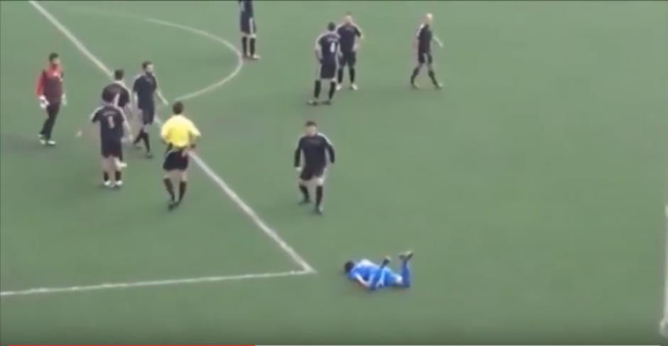 Al jugador le dieron dos golpes antes de la patada en la cabeza. (Foto: captura de YouTube)