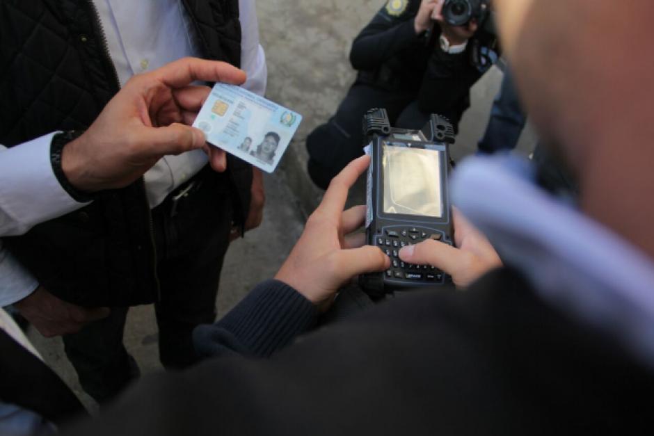 El MI3 permite acceder a los antecedentes de una persona con su huella dactilar o DPI. (Foto: Mingob)