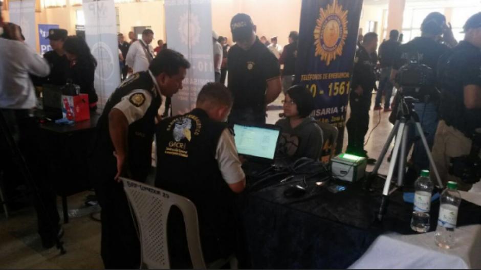 Como parte de la tecnología implementada, figura el uso de laptops para el fichaje de los detenidos. (Foto: Mingob)