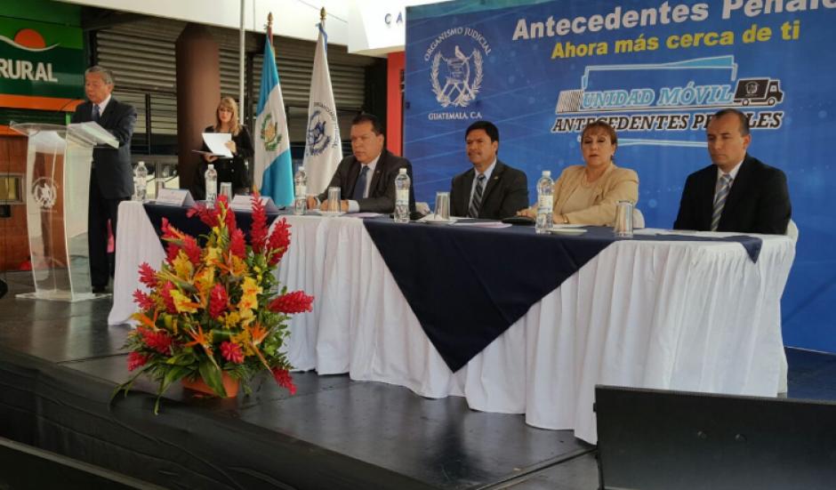 El presidente del Organismo Judicial agradeció el apoyo de los centros comerciales metropolitanos por permitir que la unidad funcione en su interior. (Foto: OJ)