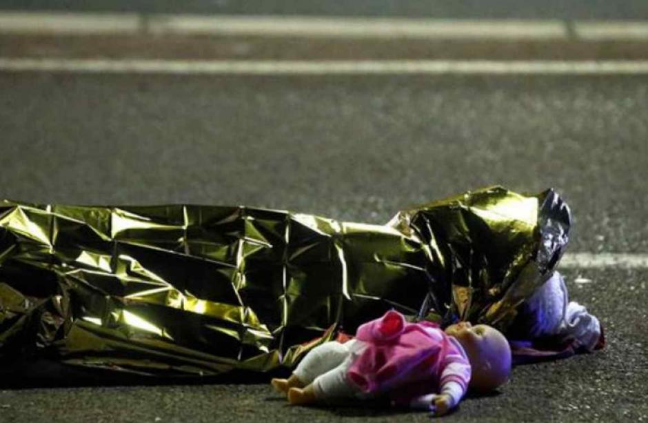 La imagen de una muñeca junto a un cadáver conmociona al mundo. (Foto: Eric Gaillard/Reuters)