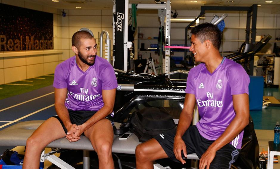 Benzema y Varane conversan amistosamente. (Foto: RealMadrid.com)