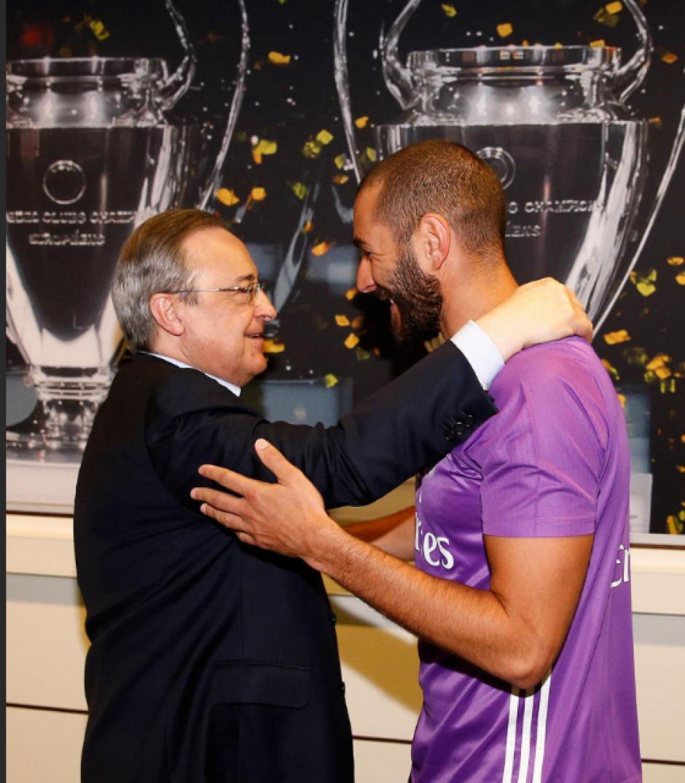 Karim Benzema abraza a Pérez frente a las Champions. (Foto: RealMadrid.com)