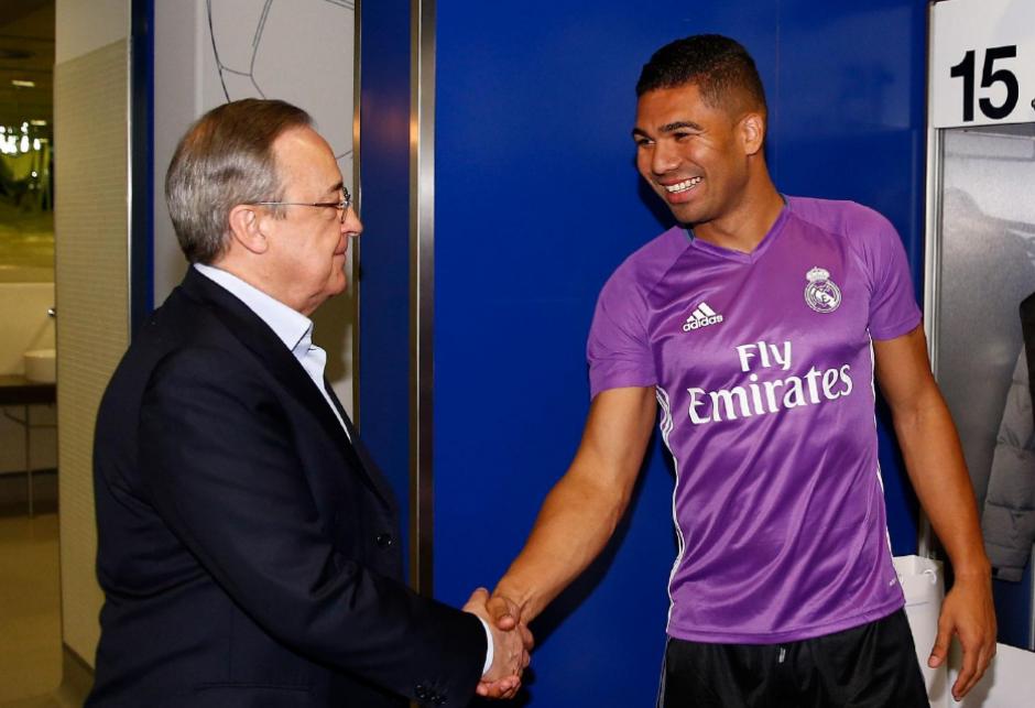 Casemiro le da la mano al presidente del club (Foto: RealMadrid.com)