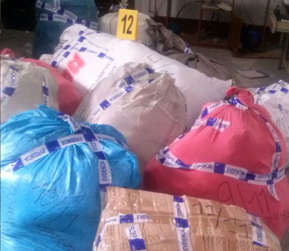 Tras una revisión, la mercadería fue embalada por el Ministerio Público. (Foto: MP)