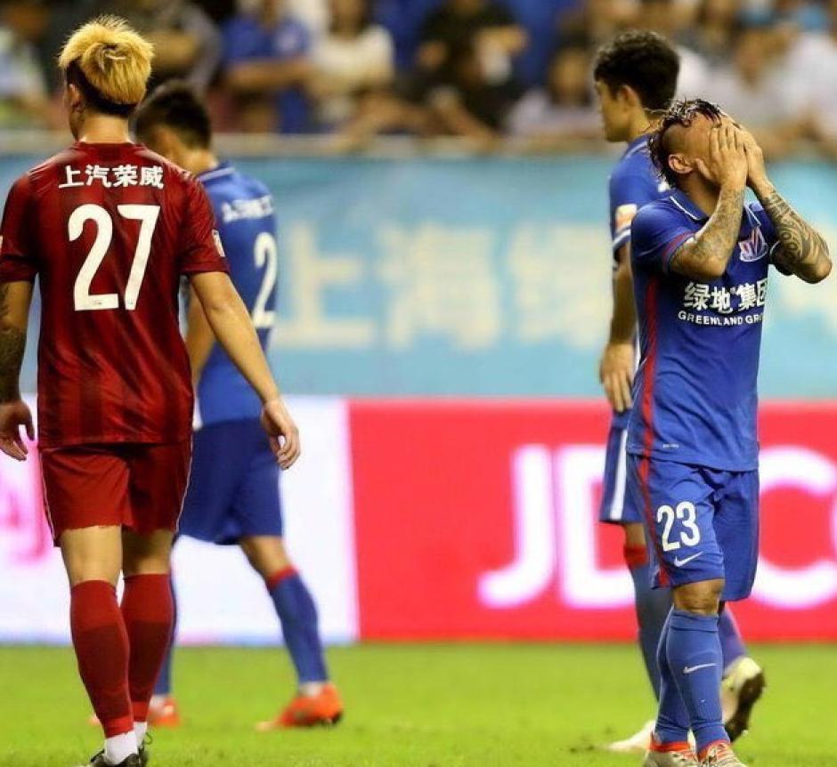 Rivales y compañeros no podían creer lo que venían (Foto: Shanghai Shenhua)
