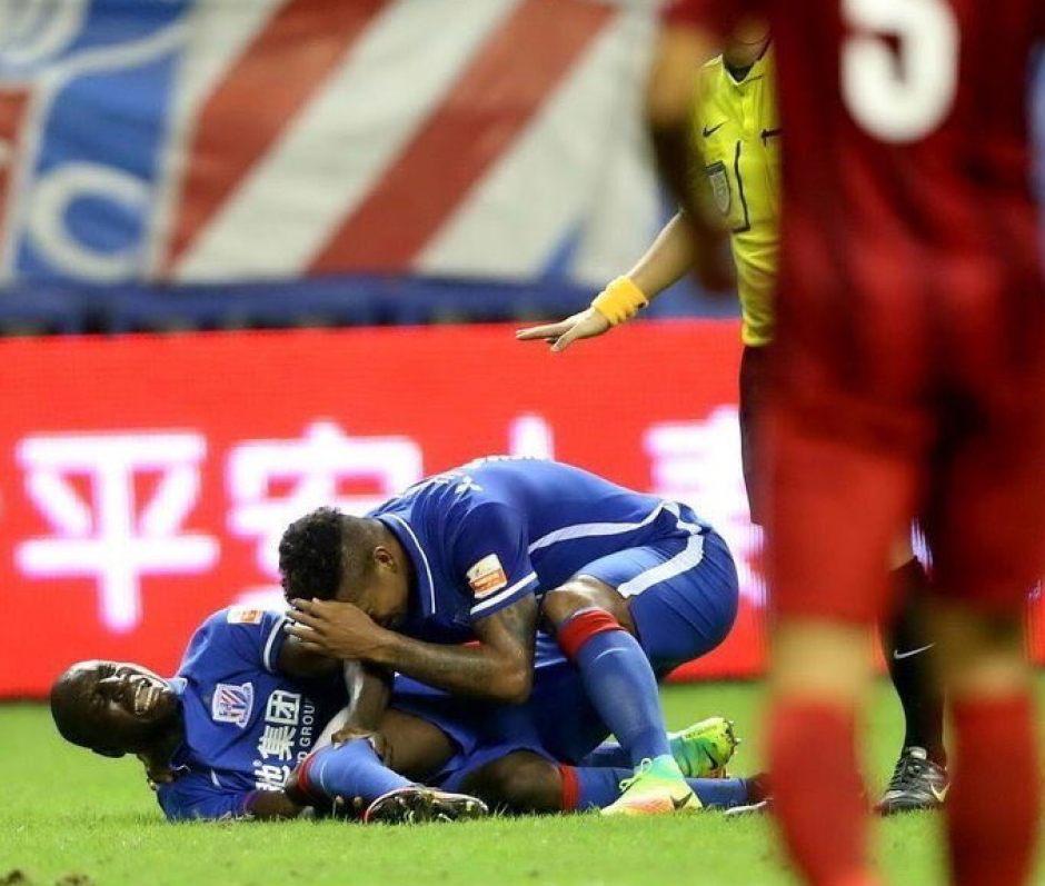 El colombiano Fredy Guarín fue el primero en darse cuenta de la fea lesión (Foto: Shanghai Shenhua)