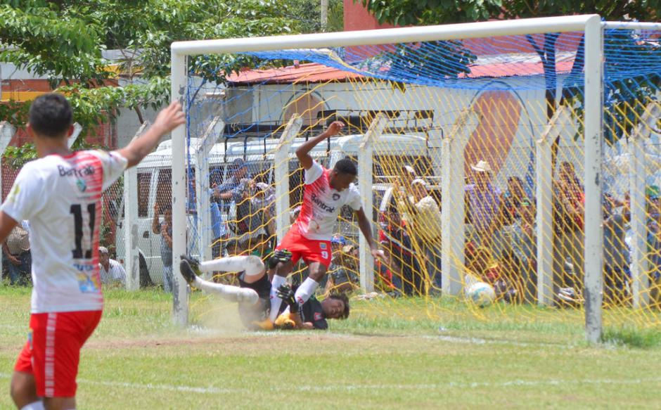 Carlos Asprilla marcó doblete para Mictlán que venció a Carchá. (Foto: Nuestro Diario)