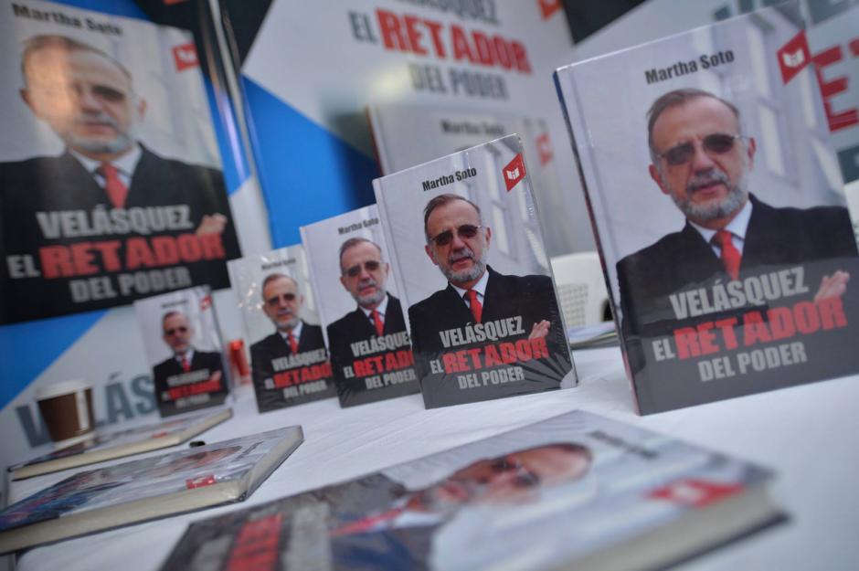 """El libro titulado """"Velásquez, el retador del poder"""" posee un stand completo en Filgua. (Foto: Wilder López/Soy502)"""