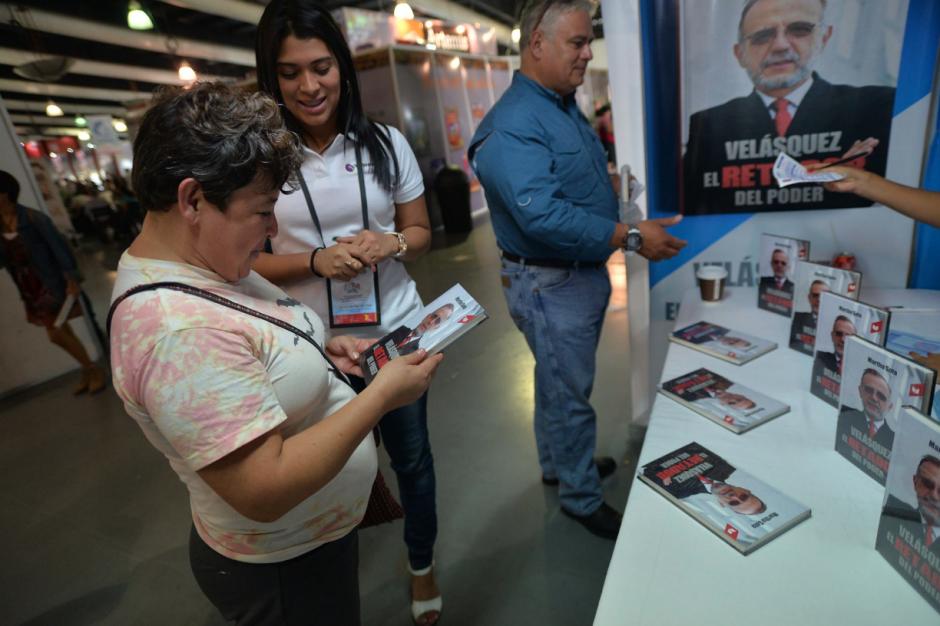 El escrito ha atraído la atención de los visitantes de la Feria. (Foto: Wilder López/Soy502)