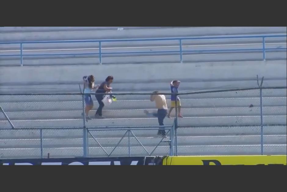 Los aficionados huyeron hacia dentro del estadio. (YouTube)