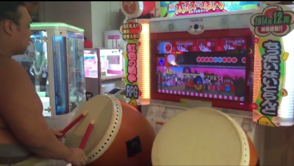 Ishiura Masakatsu sorprendió a muchos al jugar el videojuego Taiko no Tatsujin. (Imagen: Captura de YouTube)