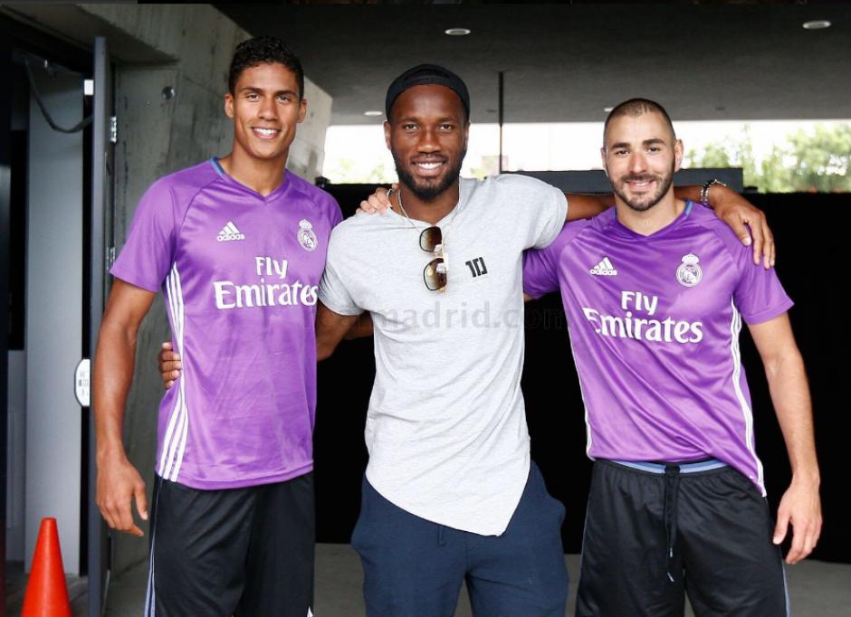 Didier Drogba, con Varane y Benzema (RealMadrid.com)