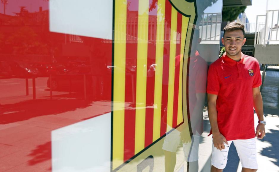 Munir posa con el escudo tras firmar su renovación. (Foto: FCB.com)