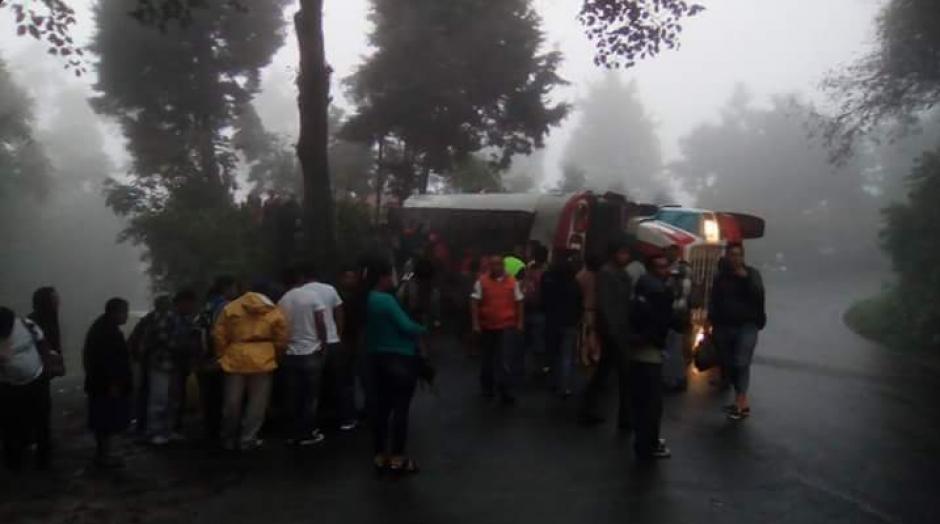 Un bus se accidentó en el kilómetro 240 Ruta de Quetzaltenango. (Foto: @CRGuatemalteca/Twitter)