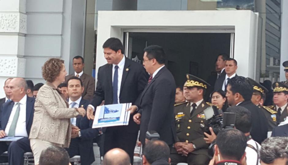 Durante la ceremonia, también se entregó la Estrategia nacional de control de armas, municiones y explosivos para la reducción y prevención de la violencia en Guatemala. (Foto: OJ)