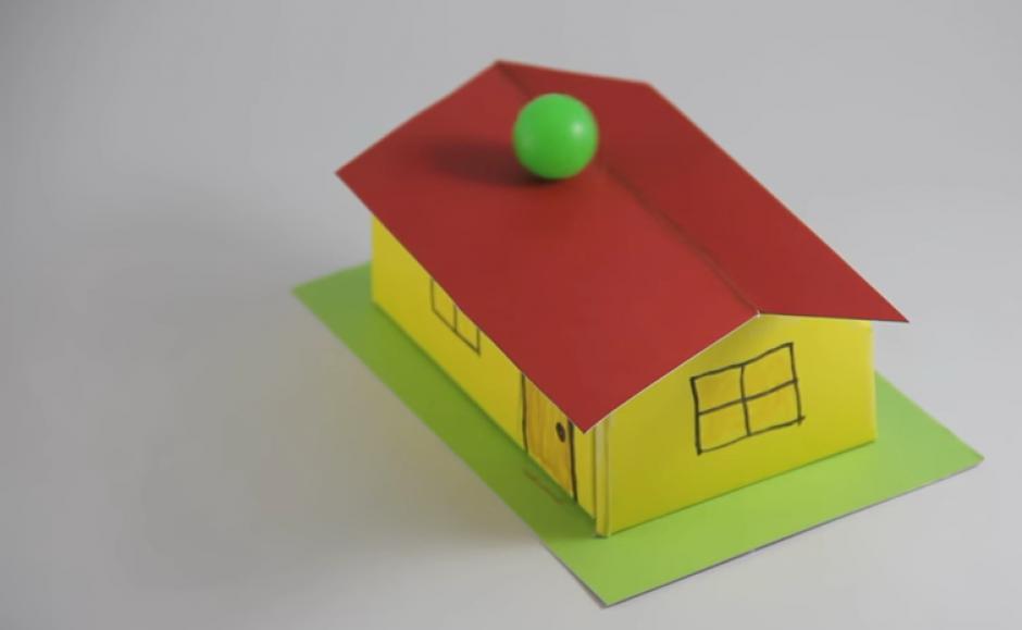 La pelota comienza a moverse y cuando todos creen que caerá, se queda sobre el techo. (Imagen: Captura de pantalla)