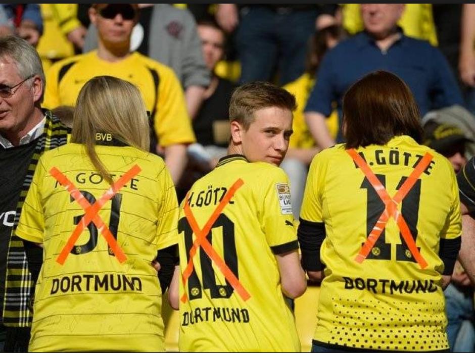 Aficionados con el nombre y número de Götze tachados. (Twitter)