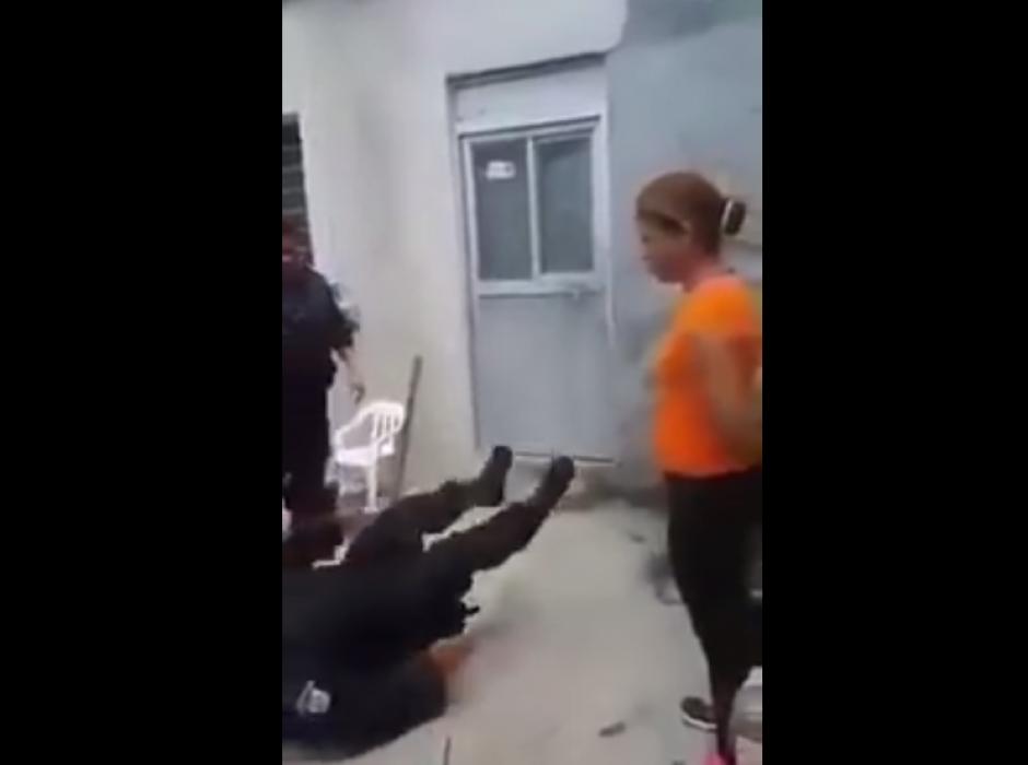 El hombre cayó al suelo y hasta el radio tiró.  (Foto: Captura/YouTube)