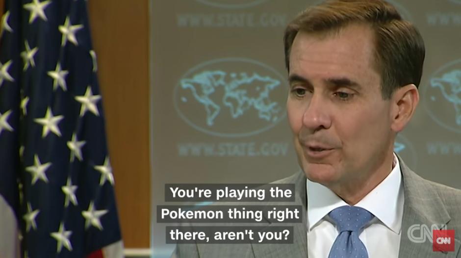 Al parecer la situación incomoda al portavoz por la seriedad de sus declaraciones. (Captura Youtube)