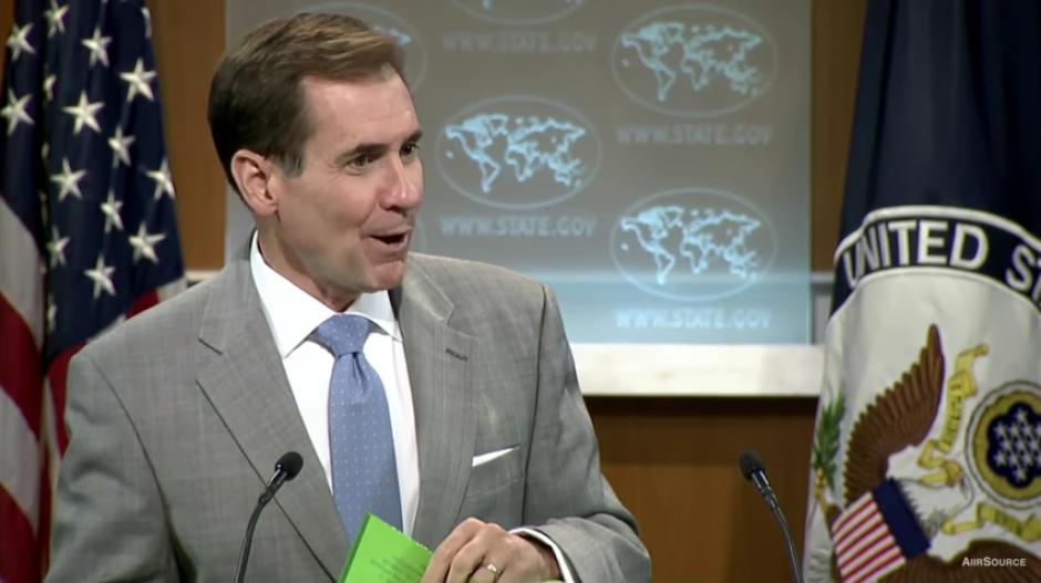 Después del momento incómodo, el portavoz responde las preguntas de otros periodistas. (Captura Youtube)