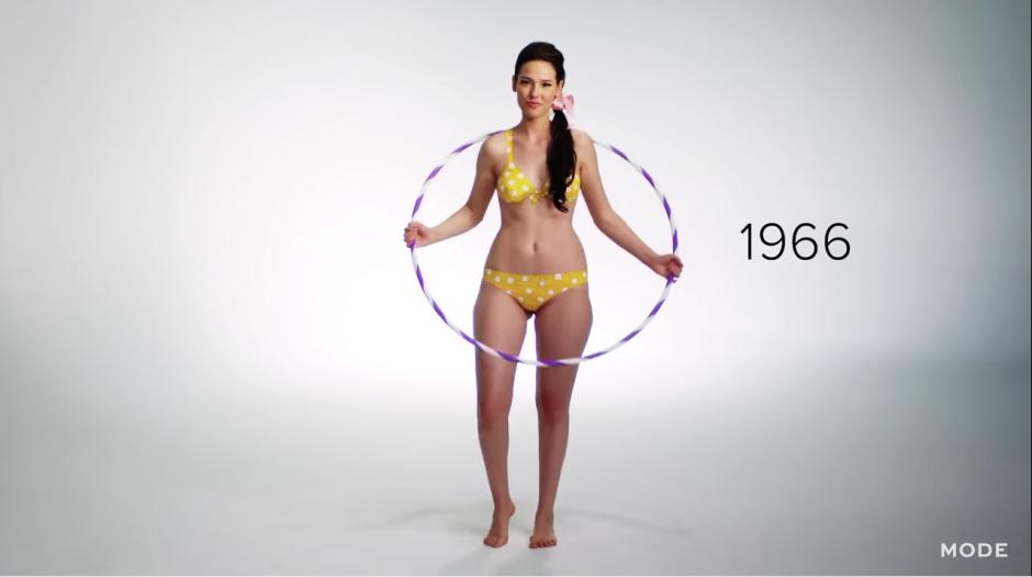 10 años más tarde, esta moda toma un giro radical, con trajes más cortos que dejan ver en mayor proporción de las hermosas mujeres. (Captura YouTube)