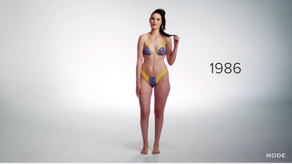 En 1980, los trajes combinan colores llamativos para resaltar el cuerpo de las chicas. (Captura YouTube)