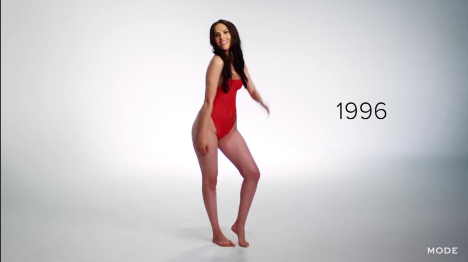 """La fiebre de la serie """"Baywatch"""" sobre el traje de las salvavidas generó el retorno de los trajes de una pieza, pero con mayor sensualidad. (Captura YouTube)"""