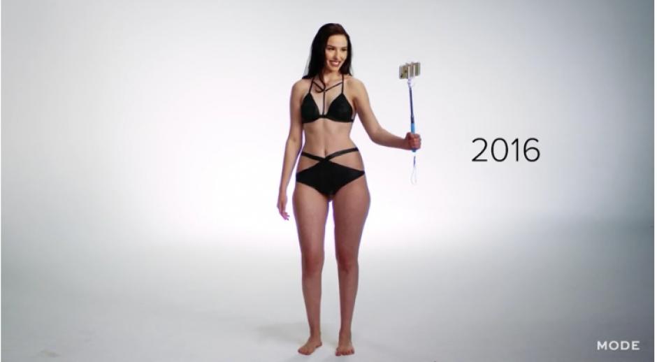 Así lucen actualmente los trajes de baño que utilizan en las playas y que quedan registrados en sus redes sociales. (Captura YouTube)