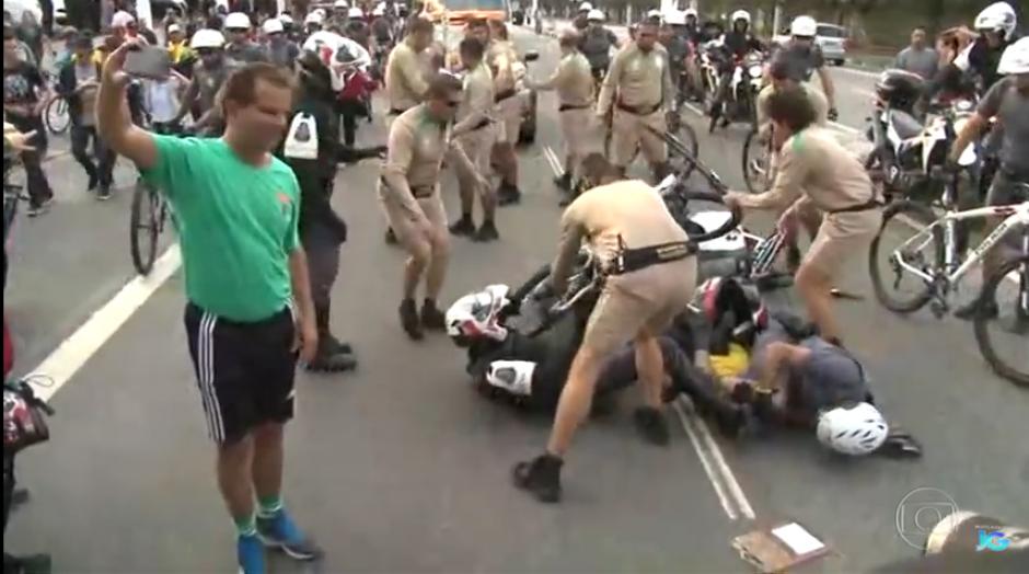 Un hombre se acerca con su teléfono y registra de manera peculiar el incidente. (Captura Youtube)