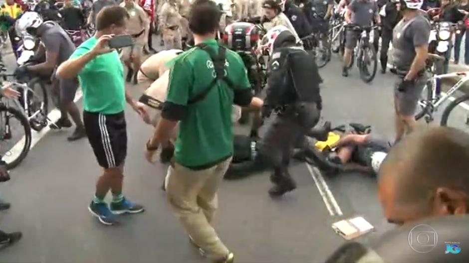 El hombre se retira luego que un voluntario se acerca a él para pedirle que salga de la pista. (Captura Youtube)