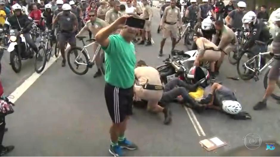 El desconocido hace varias tomas en las que se ven atrás de él a varios policías heridos. (Captura Youtube)