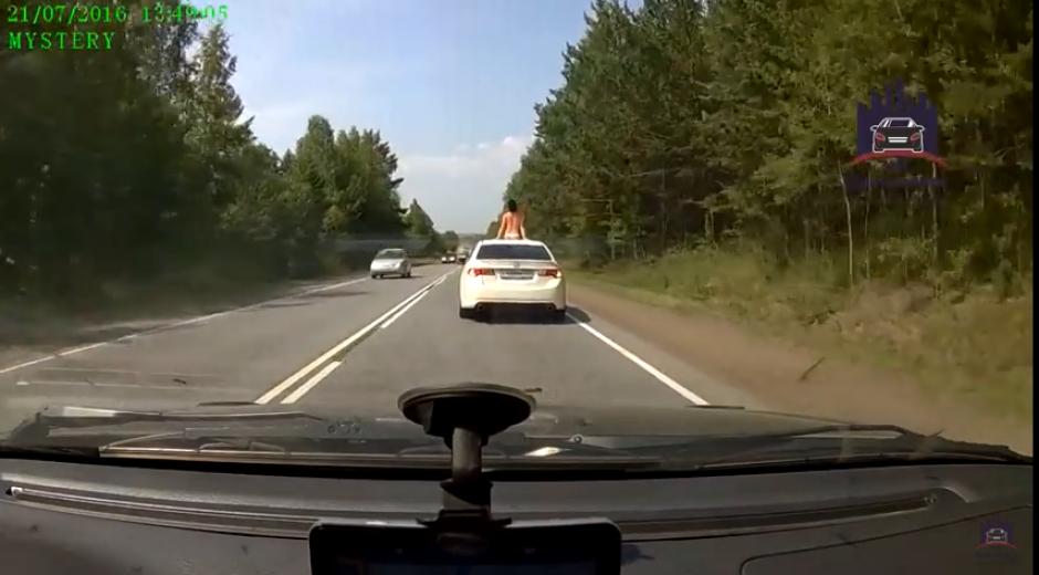 El video muestra cómo otros conductores prenden sus luces para saludar a la chica. (Captura Youtube)