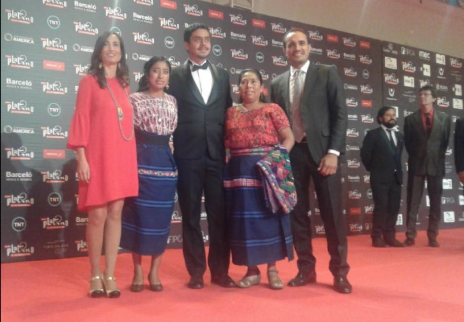 El elenco de Ixcanul posa en la alfombra roja. (Foto: @IxcanulMovie)