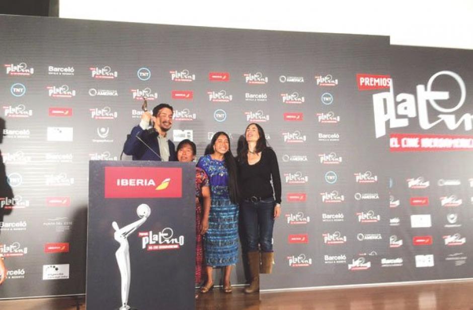 Luego de ganar el premio se toman la foto oficial. (Foto: @IxcanulMovie)