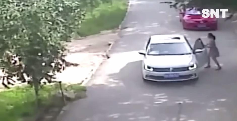 La mujer va en el auto pero se baja para conducir. (Foto: Captura YouTube)