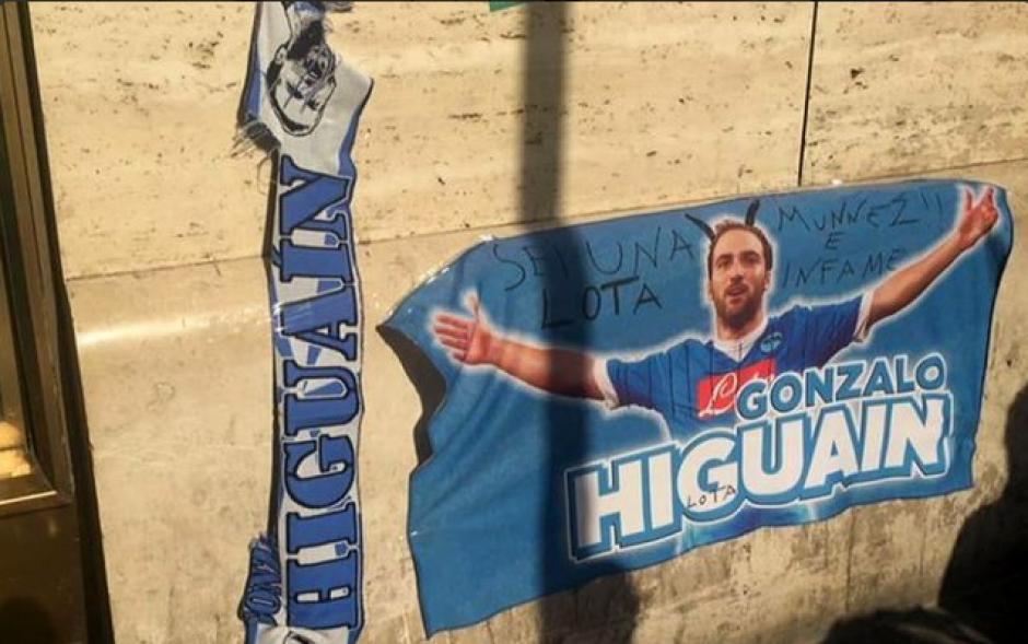 Las pancartas que aparecieron en las calles napolitanas (Twitter)