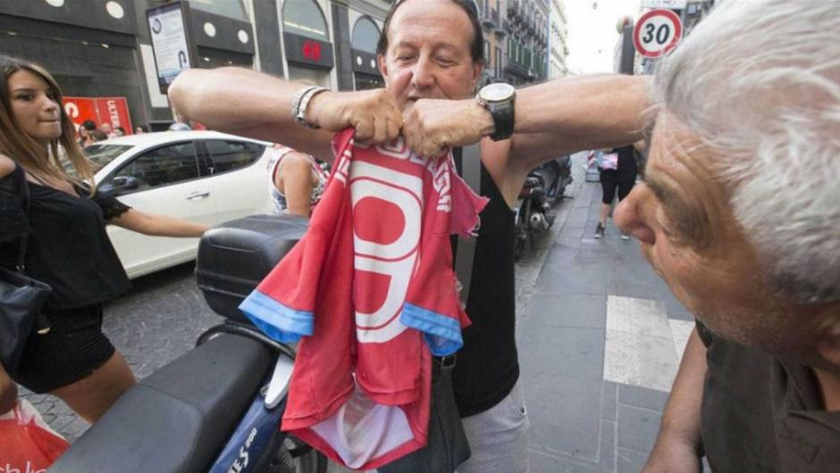 Un señor rompe una camiseta de Higuaín en la calle. (Twitter)