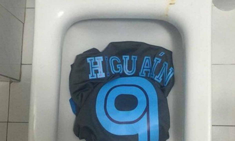 Un aficionado dejó la camiseta en el inodoro. (Twitter)