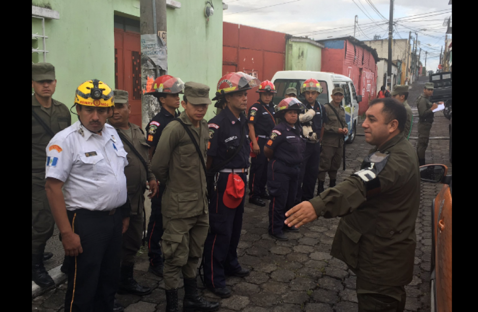 Una brigada de bomberos y militares fue conformada. (Foto: Bomberos de Mixco/Twitter)