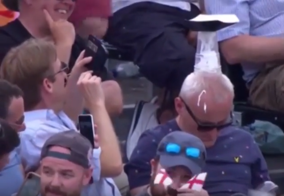 Este pobre hombre se quedó dormido y pagó las consecuencias (Foto: YouTube)