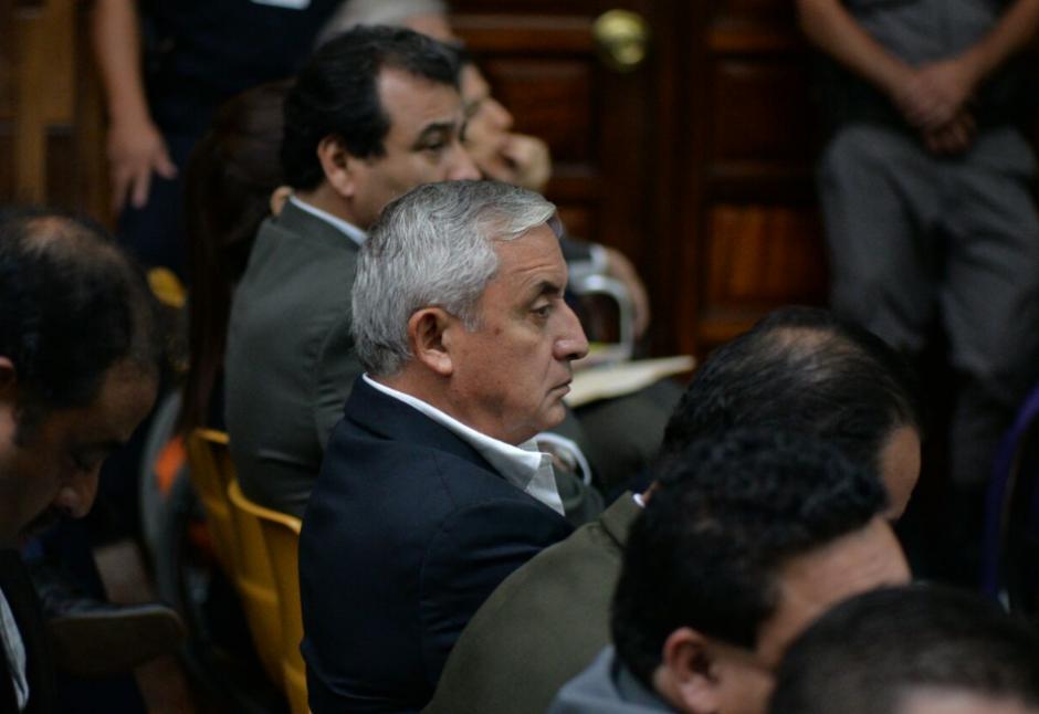 Otto Pérez Molina escucha con semblante serio la resolución del Juez. (Foto: Wilder López/Soy502)