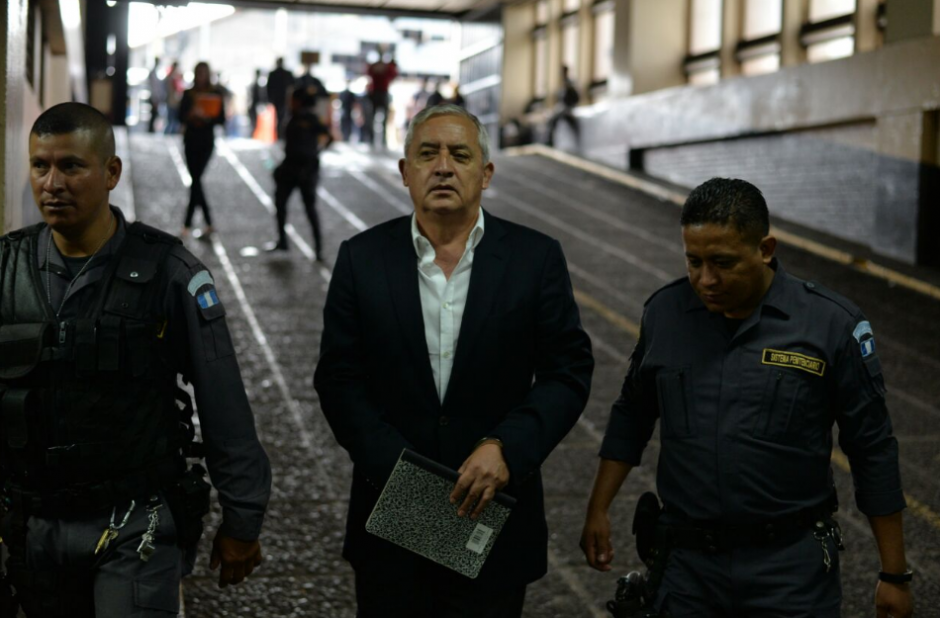 Otto Pérez Molina a su llegada a torre de Tribunales. (Foto: Wilder López/Soy502)