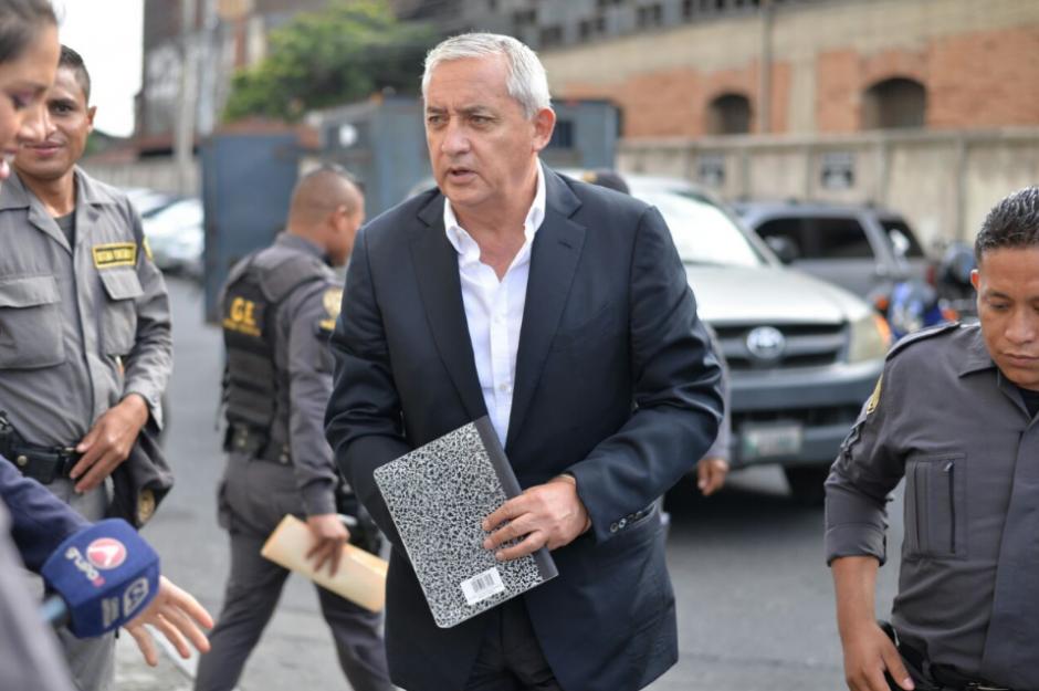 Otto Pérez lleva un cuaderno para anotar sus argumentaciones. (Foto: Wilder López/soy502)