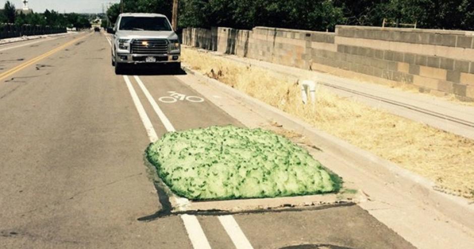 Esta espuma verde apareció en una calle de Estados Unidos. (Foto: kutv.com)